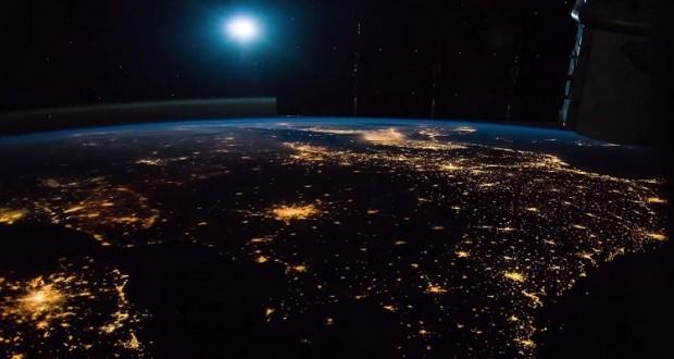 فيديو.. كوكب الأرض ليلا تحت أضواء القمر