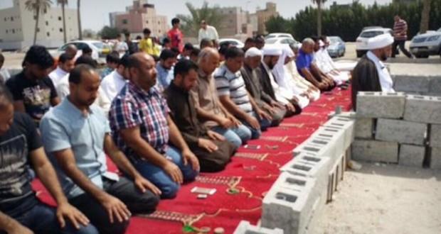 المواطنون يقيمون الصلاة بالمساجد المهدمة ويطالبون بالإفراج عن الشيخ علي سلمان