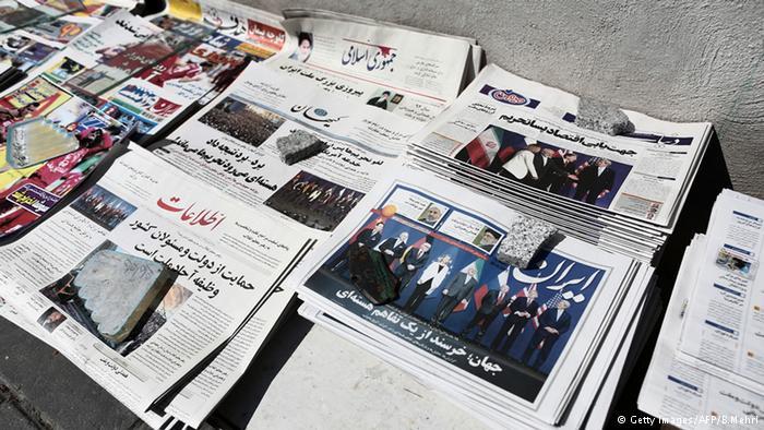 Iranische Zeitungen zeigen Bilder zum Thema Atom-Einigung