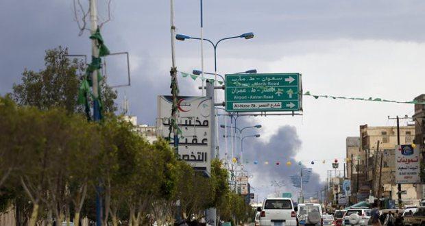 دخان يتصاعد من مطار صنعاء بعد ضربة جوية