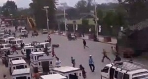لحظة سقوط مبنى على المارة في زلزال نيبال