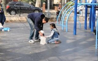 شاهد كيف يتم جذب الأطفال بسهولة من قبل الغرباء