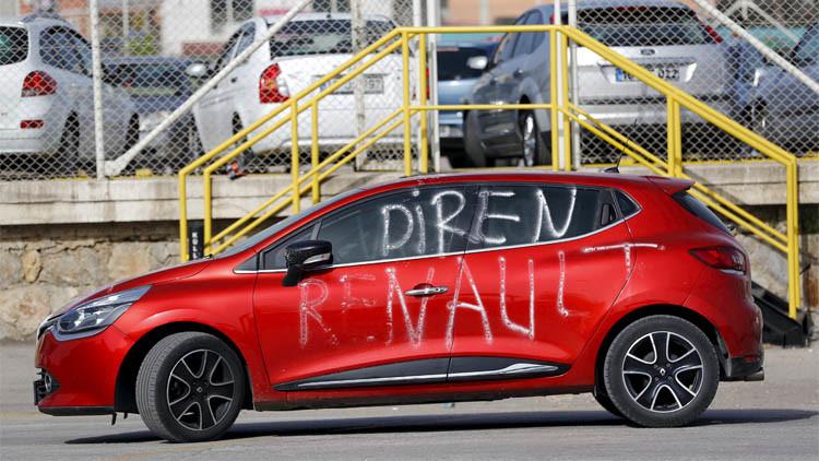 """سيارة أمام مصنع سيارات """"رينو"""" في مدينة بورصة كتب عليها شعار """"قاوموا رينو"""""""
