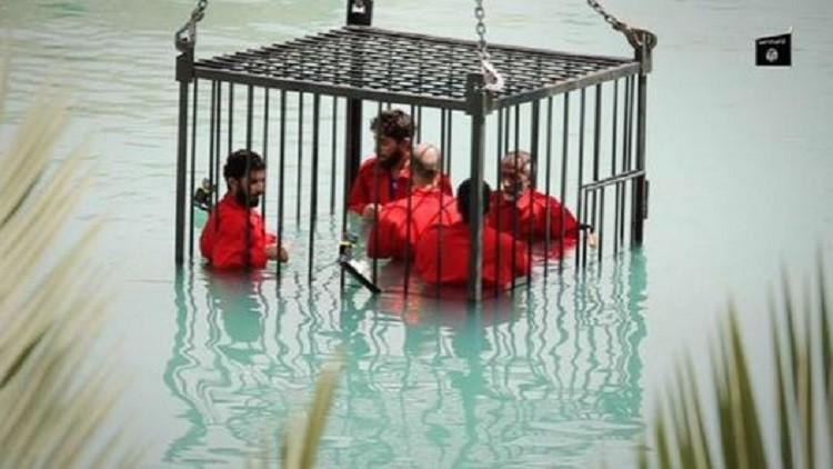 عملية إعدام أشخاص غرقا وصفهم التنظيم بالجواسيس.