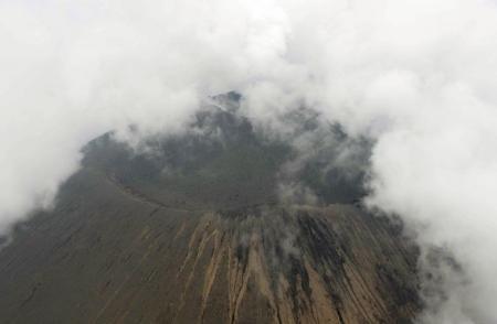 صورة لفوهة بركان جبل أساما بوسط اليابان يوم الثلاثاء.   هذه الصورة تم الحصول عليها من طرف آخر ويتم توزيعها كما تلقتها رويترز كخدمة لعملائها. هذه الصورة للأغراض التحريرية فقط. ليست للبيع ولا يسمح باستخدامها في حملات تسويقية أو إعلانية.