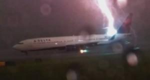 لحظة نادرة لعاصفة برق تضرب طائرة ركاب