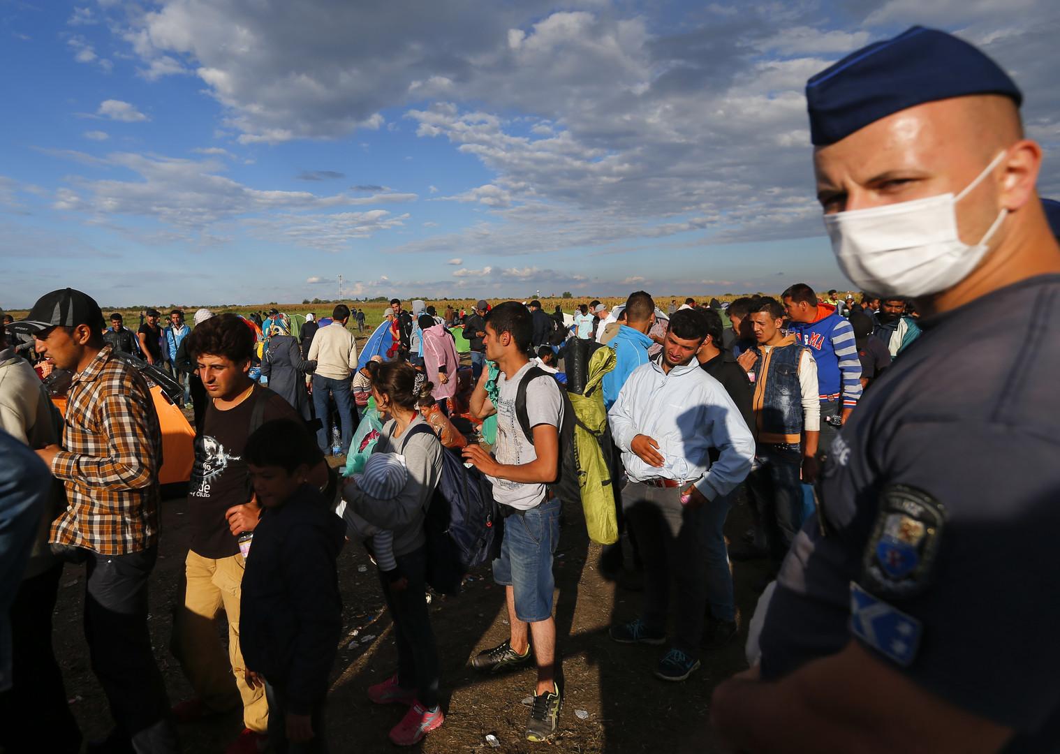 جموع من المهاجرين السوريين في نقطة تجمع في هنغاريا قرب الحدود مع ألمانيا