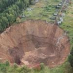 شاهد… حفرة نهاية العالم تستمر في ابتلاع المنازل والأشجار