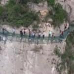 فيديو… تشقق جسر زجاجي على ارتفاع 180م تحت أقدام السياح