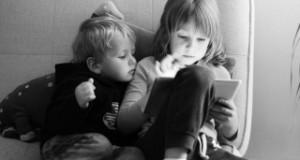 دراسة: قضاء ساعات طويلة أمام الشاشات يعرض الصغار للاكتئاب