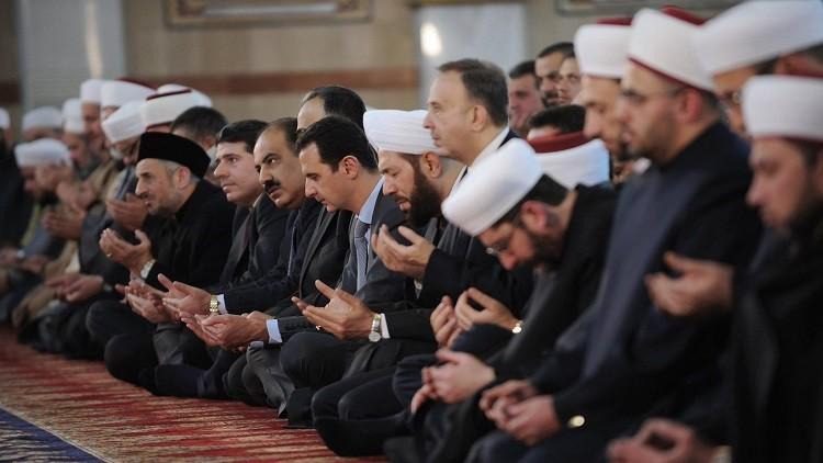 الرئيس السوري بشار الأسد بين المصلين في جامع المزة