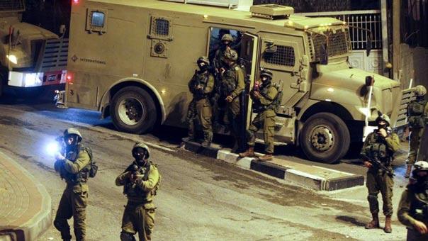 حملة مداهمات واسعة لمنازل الفلسطينيين في الصفة والقدس