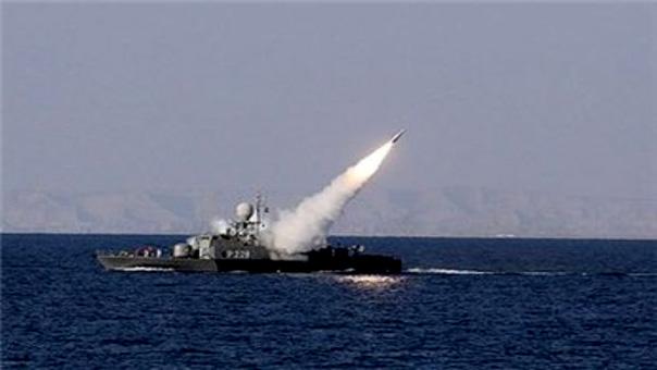 بارجة حربية تطلق صاروخ