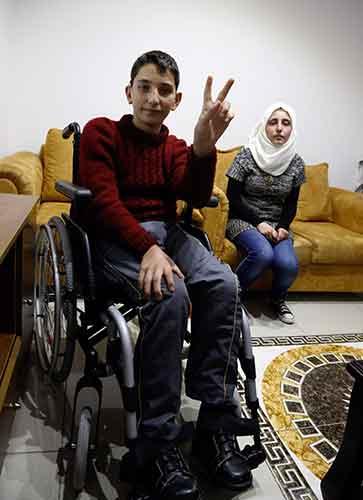 الفتى مهدي تقي أصيب بشظية أفقدته القدرة على المشي وتضرّر سمعه ونطقه