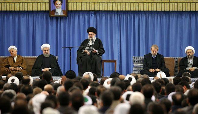 آية الله السيد خامنئي خلال استقباله حشدا من المشاركين في مؤتمر الوحدة