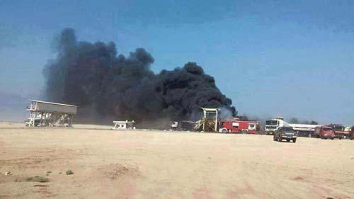 الدخان يتصاعد من من خزانات الوقود المستهدفة