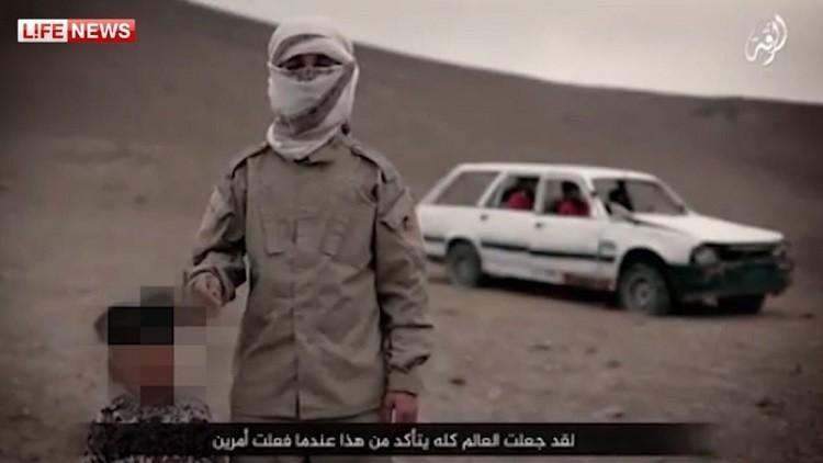 """احد مسلحي """"داعش"""" برفقة """"الطفل السفاح"""" تم إخفاء وجهه"""