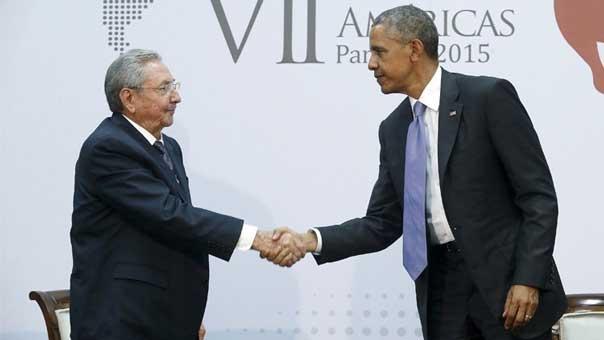 باراك اوباما يصافح وراؤول كاسترو