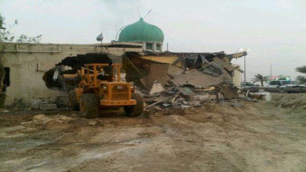جرافة تدمر مسجدا