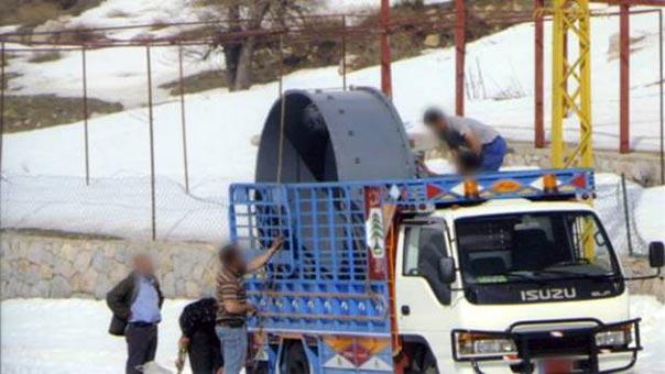 عمال ينقلون أجهزة استقبال هوائية للإنترنت من قبرص بعد تفكيكها في فقرا