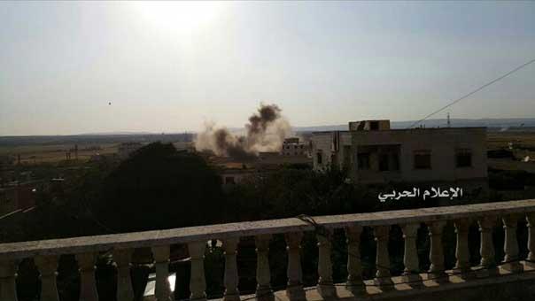 دخان من جراء قصف المجموعات المسلحة على بلدة الفوعة المحاصرة