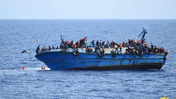بالصور.. مركب يغرق قبالة سواحل ليبيا ويسفر عن مصرع 20 الى 30 شخصًا