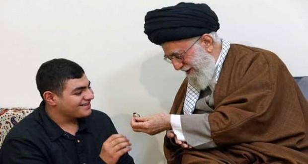بالصورة: آية الله خامنئي يهدي خاتمه لنجل الشهيد بدرالدين