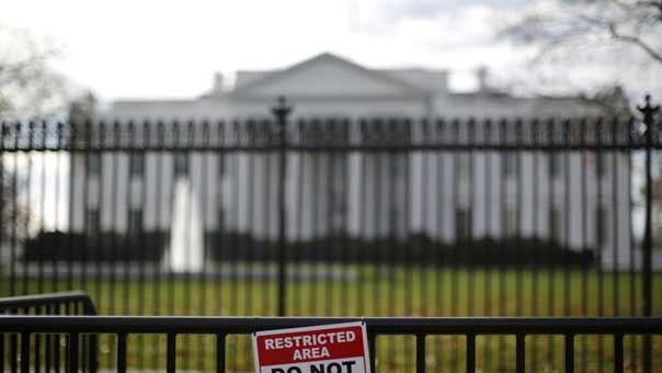 إغلاق البيت الأبيض بعد إلقاء جسم مشبوه داخله