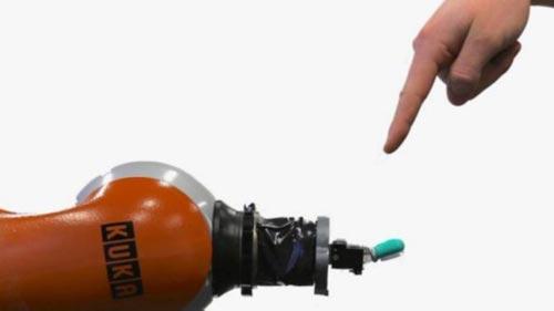 عن طريق نظام التشغيل يجب أن يكون الروبوت قادرا على تحديد مصادر الشعور بالألم