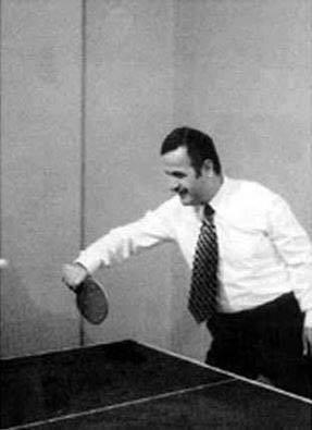 حافظ الأسد يلعب كرة الطاولة