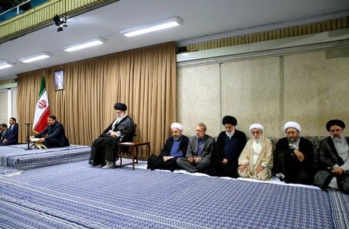 الإمام الخامنئي مستقبلًا رؤساء السلطات الثلاث وعددًا من كبار المسؤولين