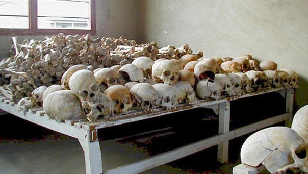 جماجم وهياكل عظميه لضحايا الأبادة الجماعية تم تصويرها في مدرسة عام 2001