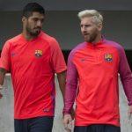 #ميسي يلتحق بـ #برشلونة في #إنكلترا ويخطف الأنظار بمظهره الجديد