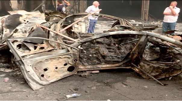 بقايا سيارة محطمة في باحة التفجير