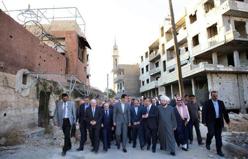 الرئيس الأسد يقوم بجولة في أحد شوارع مدينة داريا