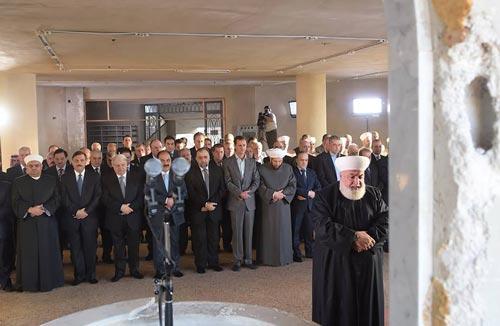 مفتي ريف دمشق الشيخ عدنان الافيوني يؤمّ المصلين
