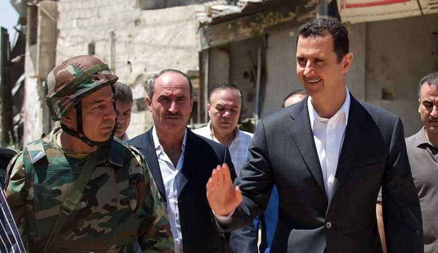الرئيس السوري بشار الاسد خلال زيارته لداريا
