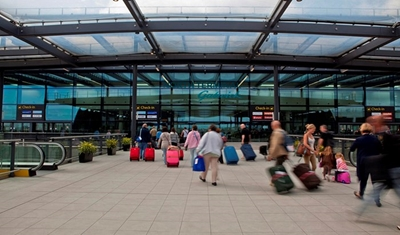 إغلاق #مطار_لندن ومعالجة جرحى في ظل تقارير عن وقوع #حادث_كيماوي