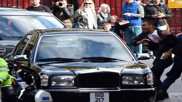 متظاهرون يعترضون سيارة طاغية البحرين في لندن