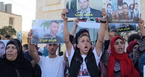 الاحتلال ينهال بالضرب المبرح على فلسطيني أثناء اعتقاله