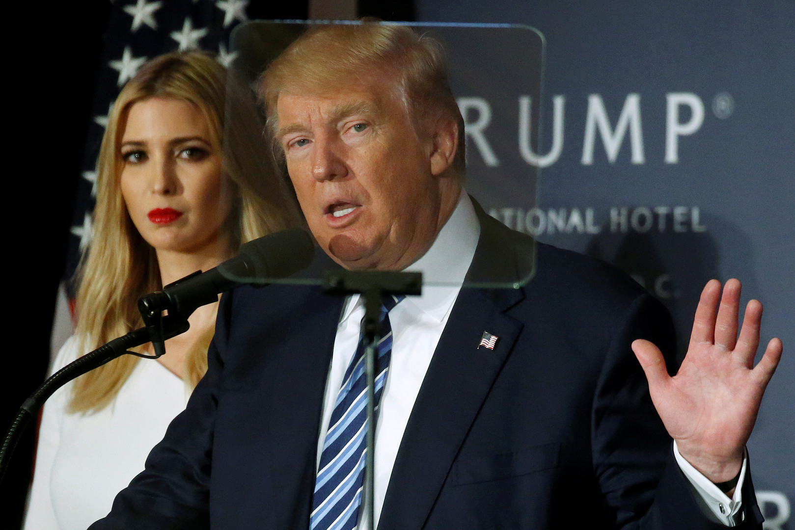 دونالد ترامب وابنته إيفانكا أثناء حملته الانتخابية