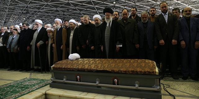 قائد الثورة یؤدی صلاة المیت علی جثمان آیة الله رفسنجانی