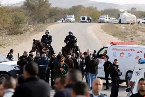 قوات الاحتلال تحاصر قرية ام الحيران ومواقف فلسطينية منددة