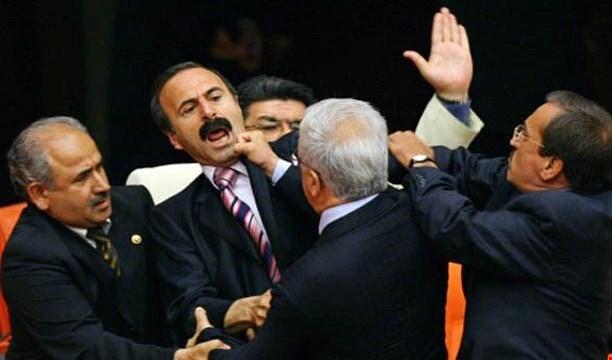 البرلمان التركي يشهد عراكاً عنيفاً على خلفية تعديل الدستور