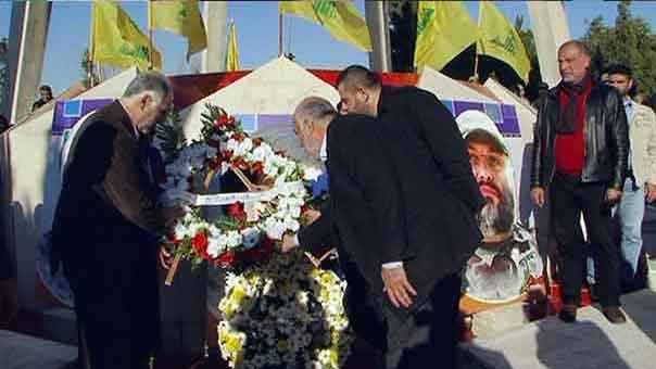 الوزير يضع أكليلا على النصب التذكاري
