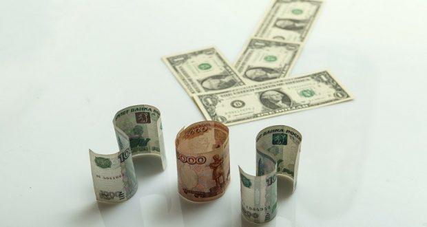 الدولار يتراجع أمام الروبل