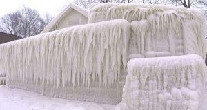 منزل على ضفة بحيرة تحول إلى ركام جليدي (فيديو)