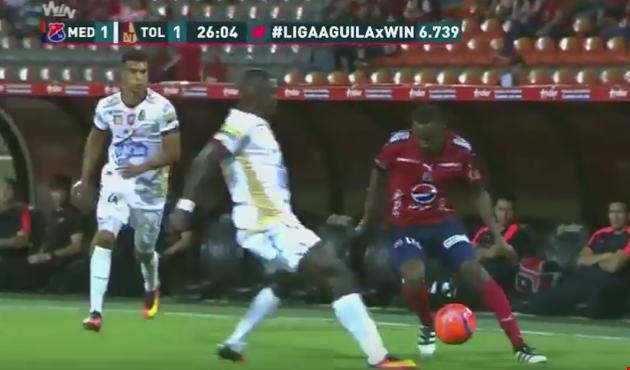 """بالفيديو: هدف """"مارادوني"""" فائق الروعة في كولومبيا"""