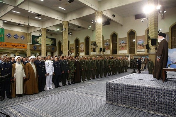 القائد الخامنئي: على الجميع أن يقدر قيمة الانتخابات لانها مظهر السيادة الشعبية الاسلامية