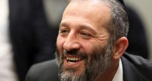 بسبب قضايا فساد..شرطة الاحتلال تحقق مع وزير الداخلية وزوجته